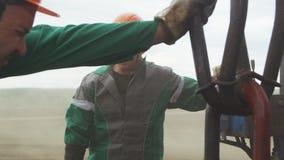 Οι εργαζόμενοι εγκαταστάσεων συμμετέχουν στην εξερεύνηση πετρελαιοφόρων περιοχών απόθεμα βίντεο