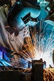 Οι εργαζόμενοι ενώνουν στενά την αυτοκινητοβιομηχανία Στοκ Εικόνα