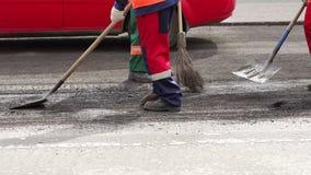 Οι εργαζόμενοι επισκευάζουν το δρόμο στην πόλη, προετοιμάζουν την παλαιά άσφαλτο για την κοπή φιλμ μικρού μήκους