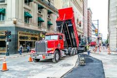 Οι εργαζόμενοι επισκευάζουν το δρόμο στη Βοστώνη, το πέρασμα Tremont και τις οδούς αναγνωριστικών σημάτων, Μασαχουσέτη ΗΠΑ, στις  Στοκ φωτογραφία με δικαίωμα ελεύθερης χρήσης