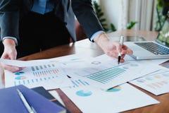 Οι εργαζόμενοι επιχειρηματίες αναλύουν τα στοιχεία μάρκετινγκ υψηλής επίδοσης στοκ εικόνες με δικαίωμα ελεύθερης χρήσης