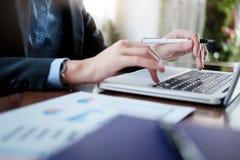 Οι εργαζόμενοι επιχειρηματίες αναλύουν τα στοιχεία μάρκετινγκ υψηλής επίδοσης στοκ φωτογραφίες με δικαίωμα ελεύθερης χρήσης