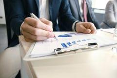 Οι εργαζόμενοι επιχειρηματίες αναλύουν τα στοιχεία μάρκετινγκ υψηλής επίδοσης στοκ εικόνα με δικαίωμα ελεύθερης χρήσης