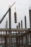 Οι εργαζόμενοι κάνουν το κιβώτιο στηλών και κρατούν από το γερανό για τη χτισμένη στήλη Στοκ Φωτογραφίες