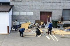 Οι εργαζόμενοι κάνουν τρία από κάτι από το ξύλο στοκ φωτογραφία με δικαίωμα ελεύθερης χρήσης