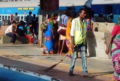Οι εργαζόμενοι καθαρίζουν την πλατφόρμα και τα λεωφορεία ή τις μεταφορές ραγών χρησιμοποιώντας τα ραβδιά σκουπών στοκ φωτογραφίες με δικαίωμα ελεύθερης χρήσης