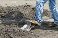 Οι εργαζόμενοι και τα μηχανήματα λειτουργούν το στρωμένο δρόμο με την άσφαλτο και το αμμοχάλικο, κατασκευή οδών για τη μεταφορά ε στοκ εικόνες με δικαίωμα ελεύθερης χρήσης