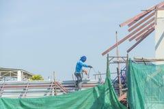 Οι εργαζόμενοι καλάθια εγκαθιστούν το φύλλο, χτίζοντας ένα εργοστάσιο Στοκ φωτογραφία με δικαίωμα ελεύθερης χρήσης