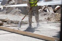 Οι εργαζόμενοι μεταγλωττίζουν την οδικά άμμο και το αμμοχάλικο στοκ φωτογραφία με δικαίωμα ελεύθερης χρήσης