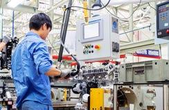 Οι εργαζόμενοι παράγουν τα αυτοκίνητα στοκ εικόνες