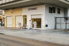 Οι εργαζόμενοι που εργάζονται στο εξωτερικό κατάστημα σχεδιάζουν Στοκ εικόνες με δικαίωμα ελεύθερης χρήσης