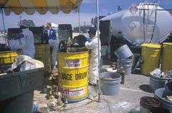 Οι εργαζόμενοι που χειρίζονται τα τοξικά οικιακά απόβλητα επί του τόπου καθαρισμού αποβλήτων τη γήινη ημέρα στο Unocal φυτεύουν σ Στοκ εικόνες με δικαίωμα ελεύθερης χρήσης