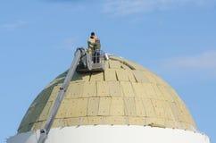 Οι εργαζόμενοι προετοιμάζονται να εγκαταστήσουν μια στέγη στο θόλο της αναδημιουργημένης εκκλησίας της Kazan μητέρας του Θεού στο Στοκ Φωτογραφίες