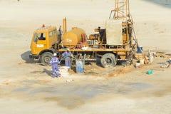 Οι εργαζόμενοι σκάβουν Στοκ Εικόνες