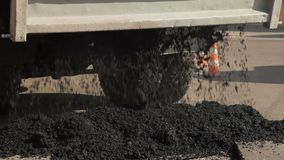 Οι εργαζόμενοι στο δρόμο επισκευάζουν την άσφαλτο φιλμ μικρού μήκους