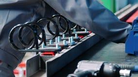 Οι εργαζόμενοι συγκεντρώνουν τη βιομηχανική μονάδα από τα μεταλλικά μέρη στο εργοστάσιο φιλμ μικρού μήκους