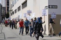 Οι εργαζόμενοι της San Francisco Chronicle που καταδεικνύουν για τη δίκαιη υγεία ασχολούνται. Στοκ φωτογραφία με δικαίωμα ελεύθερης χρήσης