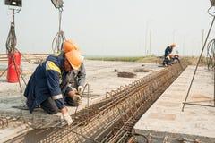 Οι εργαζόμενοι τοποθετούν την έκταση γεφυρών Στοκ Εικόνες
