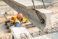 Οι εργαζόμενοι τοποθετούν την έκταση γεφυρών Στοκ φωτογραφία με δικαίωμα ελεύθερης χρήσης