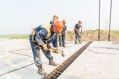 Οι εργαζόμενοι τοποθετούν την έκταση γεφυρών. Στοκ φωτογραφία με δικαίωμα ελεύθερης χρήσης
