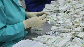 Οι εργαζόμενοι του φαρμακευτικού είδους εργοστασίων των φουσκαλών απόθεμα βίντεο