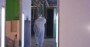 Οι εργαζόμενοι φέρνουν την κατασκευή στο θάλαμο χρωμάτων Φλούδα σκαφών ζωγραφικής εργαζομένων που χρησιμοποιεί airbrush το μαύρο  απόθεμα βίντεο