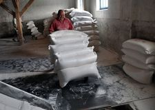 Οι εργαζόμενοι φορούν τις τσάντες του αλευριού Στοκ Φωτογραφία