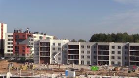 Οι εργαζόμενοι χρωματίζουν τους νέους τοίχους προσόψεων σπιτιών κτηρίου σύγχρονους στο λευκό απόθεμα βίντεο