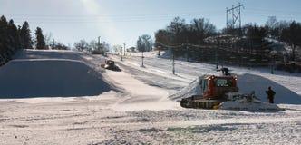 Οι εργαζόμενοι χτίζουν το πάρκο εκτάσεων στον τομέα σκι Στοκ φωτογραφία με δικαίωμα ελεύθερης χρήσης