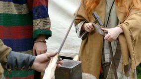 Οι εργαζόμενοι Dacian κάνουν μια επίδειξη της παραγωγής μιας λόγχης και των οργάνων της μάχης φιλμ μικρού μήκους