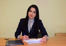 Οι εργασίες επιχειρησιακών γυναικών με τα έγγραφα Στοκ Εικόνες