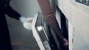Οι εργασίες με ειδικές ανάγκες ατόμων, που φορούν το βιονικό χέρι, κλεί φιλμ μικρού μήκους