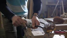 Οι εργασίες ξυλουργών με το αεροπλάνο Επιτραπέζιο πόδι λαβών απόθεμα βίντεο