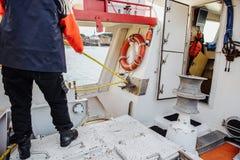 Οι εργασίες ψαράδων με τα ξάρτια Στοκ φωτογραφία με δικαίωμα ελεύθερης χρήσης