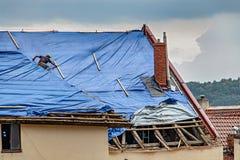 Οι εργασίες roofer για τη στέγη πότε είναι βροχή στοκ φωτογραφίες