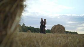 Οι ερωτευμένοι ρομαντικοί εραστές ατόμων και κοριτσιών που φιλήθηκαν, αγκαλίασαν το ηλιοβασίλεμα, την ανατολή στο κλίμα των βουνώ απόθεμα βίντεο