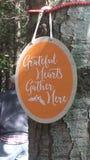 Οι ευγνώμονες καρδιές συλλέγουν εδώ το σημάδι Στοκ Εικόνα