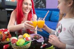Οι ευθυμίες με πίνουν την κόρη και τη μητέρα χυμού Στοκ Φωτογραφία