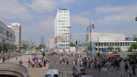 Οι ευρωπαϊκές διακοπές, πολλοί πεζοί διασχίζουν το δρόμο σε έναν φωτεινό σηματοδότη φιλμ μικρού μήκους
