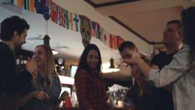 Οι ευτυχείς απρόσεκτοι σπουδαστές στα περιστασιακά ενδύματα χορεύουν στο συμπαθητικό φραγμό Γελούν και κουβεντιάζουν, έχοντας τη  απόθεμα βίντεο