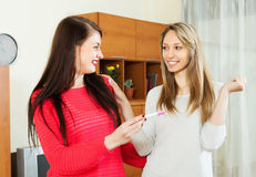 Οι ευτυχείς γυναίκες με την εγκυμοσύνη εξετάζουν Στοκ φωτογραφίες με δικαίωμα ελεύθερης χρήσης