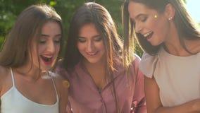 Οι ευτυχείς γυναίκες παρουσιάζουν τσάντες αγορών τους στη κάμερα απόθεμα βίντεο