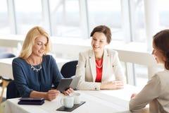 Οι ευτυχείς γυναίκες που εξετάζουν το εστιατόριο τιμολογούν στοκ φωτογραφία