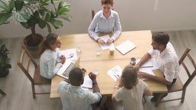 Οι ευτυχείς διαφορετικοί υπάλληλοι δίνουν υψηλά πέντε μαζί γιορτάζουν την εταιρική επιτυχία φιλμ μικρού μήκους