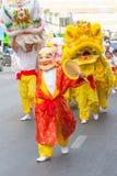 Οι ευτυχείς κινεζικοί νέοι άνθρωποι πλακατζών έτους με τον κινεζικό δράκο χορεύουν ασιατικό φεστιβάλ τεχνών Στοκ Εικόνες