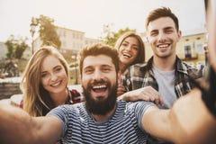 Οι ευτυχείς νέοι έχουν τη διασκέδαση υπαίθρια το φθινόπωρο στοκ φωτογραφίες