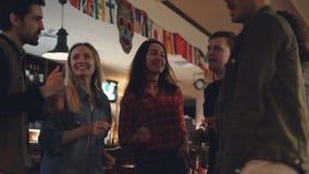 Οι ευτυχείς νέοι στα περιστασιακά ενδύματα χορεύουν στο σύγχρονο φραγμό Γελούν και κουβεντιάζουν, έχοντας τη διασκέδαση από κοινο απόθεμα βίντεο
