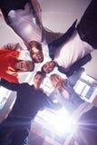 Οι ευτυχείς σπουδαστές γιορτάζουν Στοκ φωτογραφία με δικαίωμα ελεύθερης χρήσης