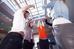 Οι ευτυχείς σπουδαστές γιορτάζουν Στοκ Φωτογραφίες