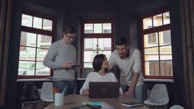 Οι ευτυχείς υπάλληλοι απολαμβάνουν την άριστη εργασία απόθεμα βίντεο